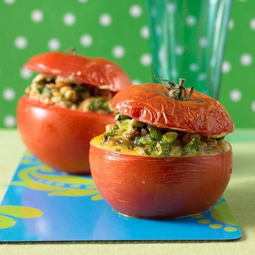 Sie kennen Ebly noch gar nicht? Dann wird's höchste Zeit! Die vorgekochten Weizenkörner enthalten viele Ballaststoffe und lassen sich wie Reis zubereiten - und dann zum Beispiel in Tomaten füllen.
