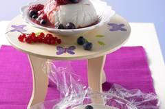Das macht Lust auf Sommer! Das Joghurt-Mousse mit Beeren ist einfach gemacht, braucht aber auch ausreichend Zeit, um im Kühlschrank fest zu werden. Zum Rezept: Joghurt-Mousse mit Beeren