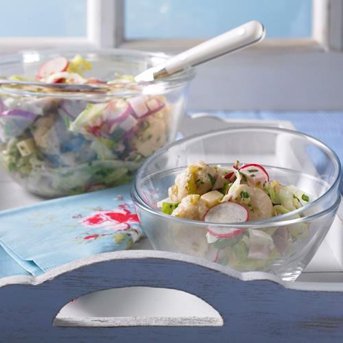 Bayerisch, deftig, gut ist dieser Salat mit Miniknödeln, Radieschen, Gürkchen, Gouda und Fleischwurst.
