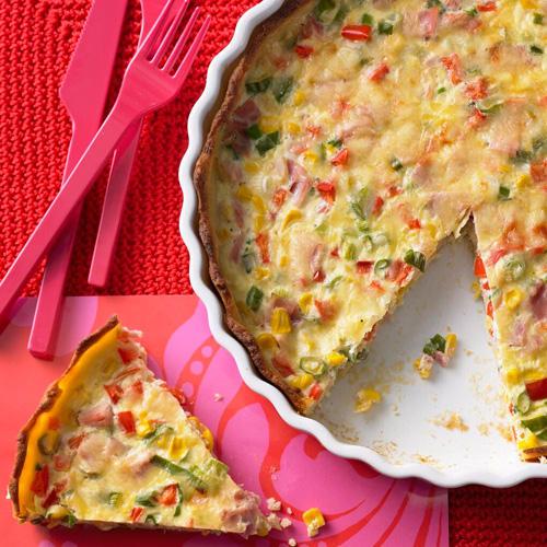 Schmeckt warm oder kalt: die herzhafte Kartoffel-Quiche mit Paprika, Schinken und Lauchzwiebeln.