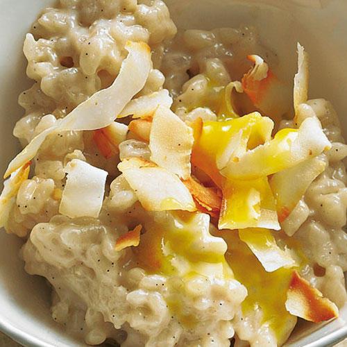 Süß, sämig, super vielseitig: Kokosmilch ist ein Muss in der Asia-Küche. Zum Rezept: Kokosmilchreis mit Mangosoße