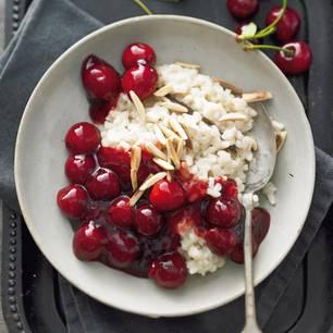 Den Milchreis kochen wir mit Mandelmilch, da freuen sich auch alle, die keine Kuhmilch vertragen. Dazu schmeckt eine selbstgemachte Kirschgrütze. Zum Rezept: Mandelmilchreis mit Kirschgrütze