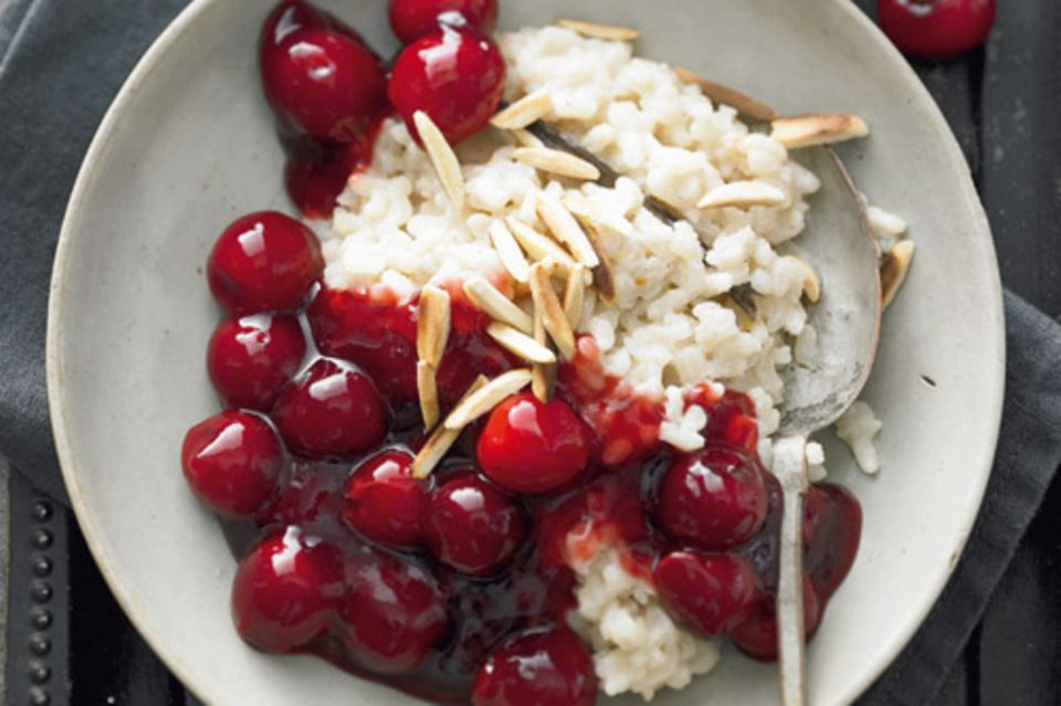 Den Milchreis kochen wir mit Mandelmilch, da freuen sich auch alle, die keine Kuhmilch vertragen. Zum Nachtisch schmeckt eine selbstgemachte Kirschgrütze. Zum Rezept: Mandelmilchreis mit Kirschgrütze