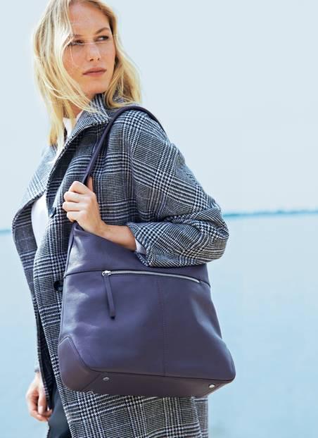 """Taschen-Liebe: Praktisch zum Umhängen: der 3/4-Riemen, hier zu sehen am Modell """"Fango"""". Jacke: Minx. Pullover: Set. Hose: Comma. Schuhe: H&M."""