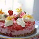 Eistorte mit Erdbeere und Reiskeksen