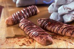 Diese Schokoladenplätzchen in Stäbchenform sind ganz schnell und einfach gebacken. Aber Vorsicht: Genauso schnell sind sie auch wieder weggenascht! Zum Rezept: Schokoladenstäbchen