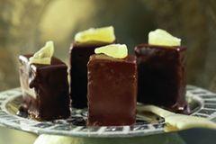 Eine fruchtige Mischung aus Ananas und Schokolade sind diese kleinen Würfel. Werden die Würfelchen auch von Kindern gegessen, lieber auf den Kokoslikör verzichten und Kokossirup verwenden. Zum Rezept: Ananas-Schokowürfel