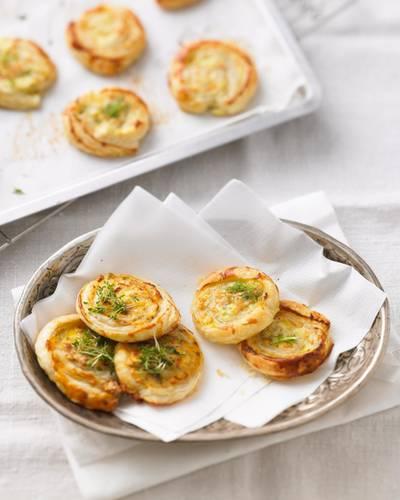 Welche Blätterteig-Schnecke darf's denn sein - die mit Lachs und Fenchel oder die mit Tomate und Oliven? Am liebsten alle beide! Zum Glück ist das feine Fingerfood schnell gemacht. Zum Rezept: Gefüllte Blätterteigschnecken