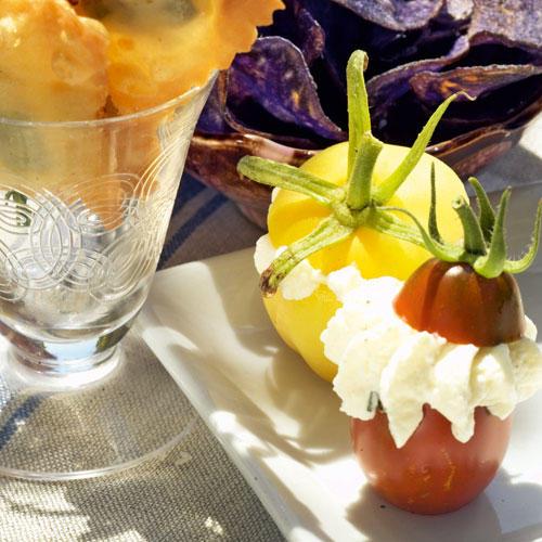Als edler Snack auf Partys machen die gefüllten Tomaten einiges her. Besonders hübsch wird's mit verschiedenen Tomatensorten! Zum Rezept: Gefüllte Mini-Tomaten