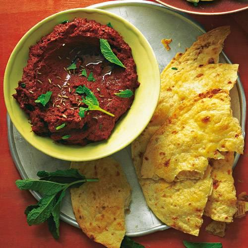 Lila Möhren schmecken etwas kräftiger und süßer - und werden mit Kumin, Minze und Orange abgeschmeckt zum orientalischen Dip. Rezept: Lila-Möhren-Creme mit Pita-Flade