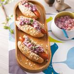 Vergessen Sie Ketchup: Wir haben zu den Würstchen einen cremig-würzigen Rote-Bete-Apfel-Krabben-Salat in die selbst gebackenen Brötchen gegeben. Schmeckt sensationell! Zum Rezept: Hotdog