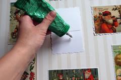 1.) Legt alle 24 Karten auf eine der Depafit-Platten und arrangiert sie wie es euch gefällt. Je nach Größe der Karten kann es sein, dass die Platte noch etwas beschnitten werden muss, damit nicht zu große Lücken zwischen den Karten entstehen. 2.) Bezieht nun die Platte mit der Tapete oder dem schönen Papier. Dafür die doppelseitig klebende Folie zuerst vorsichtig auf die Platte ziehen und dann das Papier darauf aufziehen. Achtung, bei solch großen Flächen muss man besonders darauf achten, dass keine Blasen entstehen. Deshalb immer nur etappenweise arbeiten und die Folie bzw. das Papier mit einem sauberen Tuch von innen nach außen fest reiben. 3.) Jetzt werden die Karten mit dem flüssigen Kleber aufgeklebt. Warten, bis alles getrocknet ist.