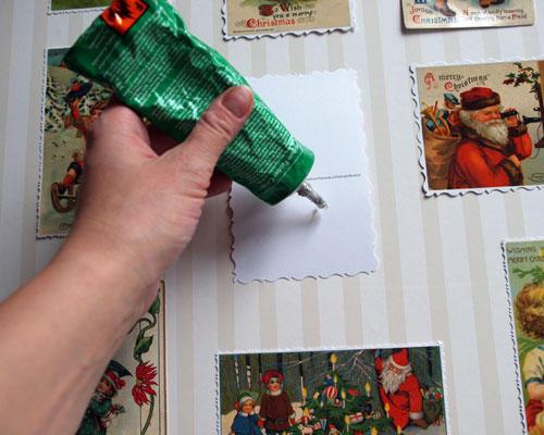Anleitung: 1.) Legen Sie alle 24 Karten auf eine der Depafit-Platten und arrangieren Sie sie wie es Ihnen gefällt. Je nach Größe der Karten kann es sein, dass die Platte noch etwas beschnitten werden muss, damit nicht zu große Lücken zwischen den Karten entstehen. 2.) Beziehen Sie nun die Platte mit der Tapete oder dem schönen Papier. Dafür die doppelseitig klebende Folie zuerst vorsichtig auf die Platte ziehen und dann das Papier darauf aufziehen. Achtung, bei solch großen Flächen muss man besonders darauf achten, dass keine Blasen entstehen. Deshalb immer nur etappenweise arbeiten und die Folie bzw. das Papier mit einem sauberen Tuch von innen nach außen fest reiben. 3.) Jetzt werden die Karten mit dem flüssigen Kleber aufgeklebt. Warten, bis alles getrocknet ist.
