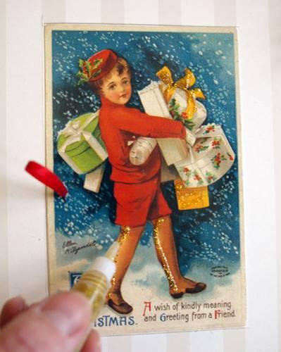 Anleitung: 15.) Postkarten eventuell noch mit Glitter-Glue verzieren und Zahlen von 1 bis 24 aufmalen. Dank des verwendeten Depafit-Materials kann man alles ganz wunderbar mit dünnen Stecknadeln befestigen – wie auf einer Pinnwand.