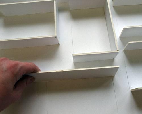 7.) Nun kommt die Fleißarbeit: von der zweiten Depafit-Platte 4cm breite Streifen schneiden. Einen Streifen auf der Rückseite der beklebten Platte an die Schnittkanten einer Karte legen (links, rechts und unten) und mit einem Bleistift Maß abnehmen. Dabei gern ein bisschen großzügig sein. An den Markierungen mit Cutter und Lineal rechtwinklig abschneiden.