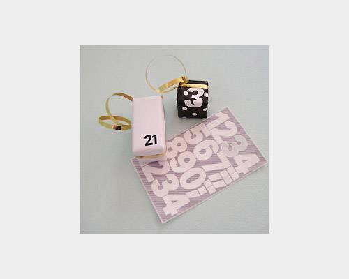 Buchstaben Geschenke Päckchen kleben