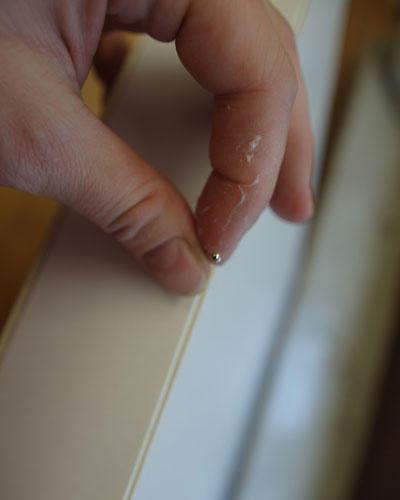 8.) Die Teile mit dem Leim zusammenkleben und die Ecken mit Stecknadeln fixieren.    9.) Mit der Unterkante an den Außenrand der Schnittkanten kleben.    10.) Mit allen Karten so verfahren.    11.) Um den Außenrand der Depafit-Platte einen 4,3cm breiten Streifen Depafit kleben, evtl. auch mit Stecknadeln fixieren.