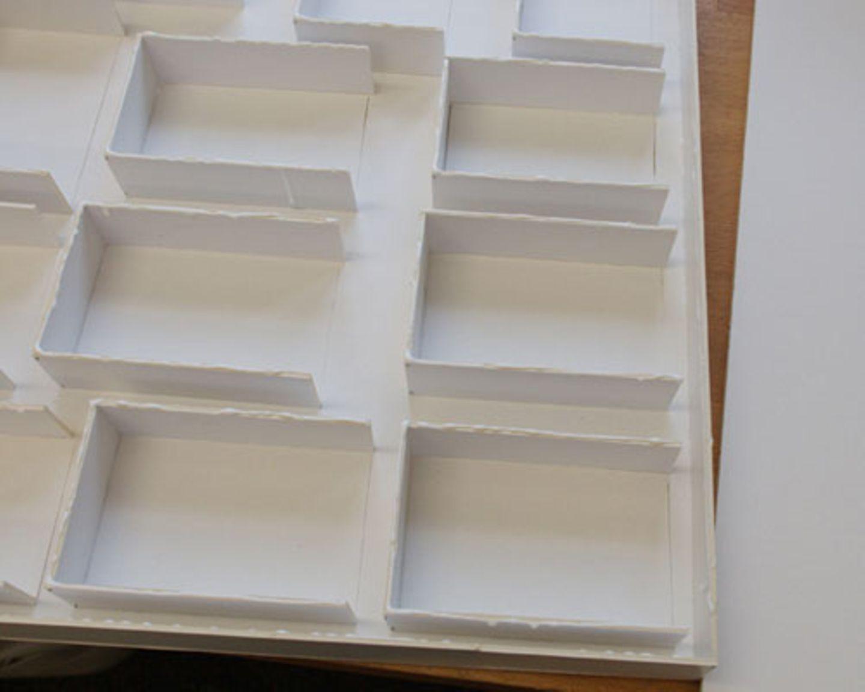 12.) Innenmaß nehmen und die dritte Depafit-Platte auf das gemessene Maß zuschneiden. 13.) Alle Oberkanten und Seitenkanten der Maß genommenen Platte mit Leim bestreichen und die Platte legen. Alles gut fixieren und trocknen lassen.