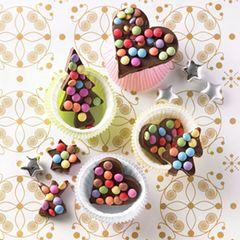 """Mit Ausstechförmchen kann man nicht nur Plätzchen backen! Mit Schokolinsen dekoriert werden die Schoko-Figuren zu schönen Mitbringseln, die sich auch gut als Baumschmuck eignen. Das perfekte Geschenk für die beste Freundin, die Schokolade nicht widerstehen kann. Zum Rezept: Bunte Schoko-Ausstecher"""""""