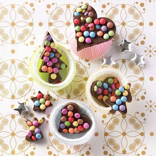 Mit Ausstechförmchen kann man nicht nur Plätzchen backen! Mit Schokolinsen dekoriert werden die Schoko-Figuren zu schönen Mitbringseln, die sich auch gut als Baumschmuck eignen. Das perfekte Geschenk für: die beste Freundin, die Schokolade nicht widerstehen kann.      Zum Rezept: Bunte Schoko-Ausstecher