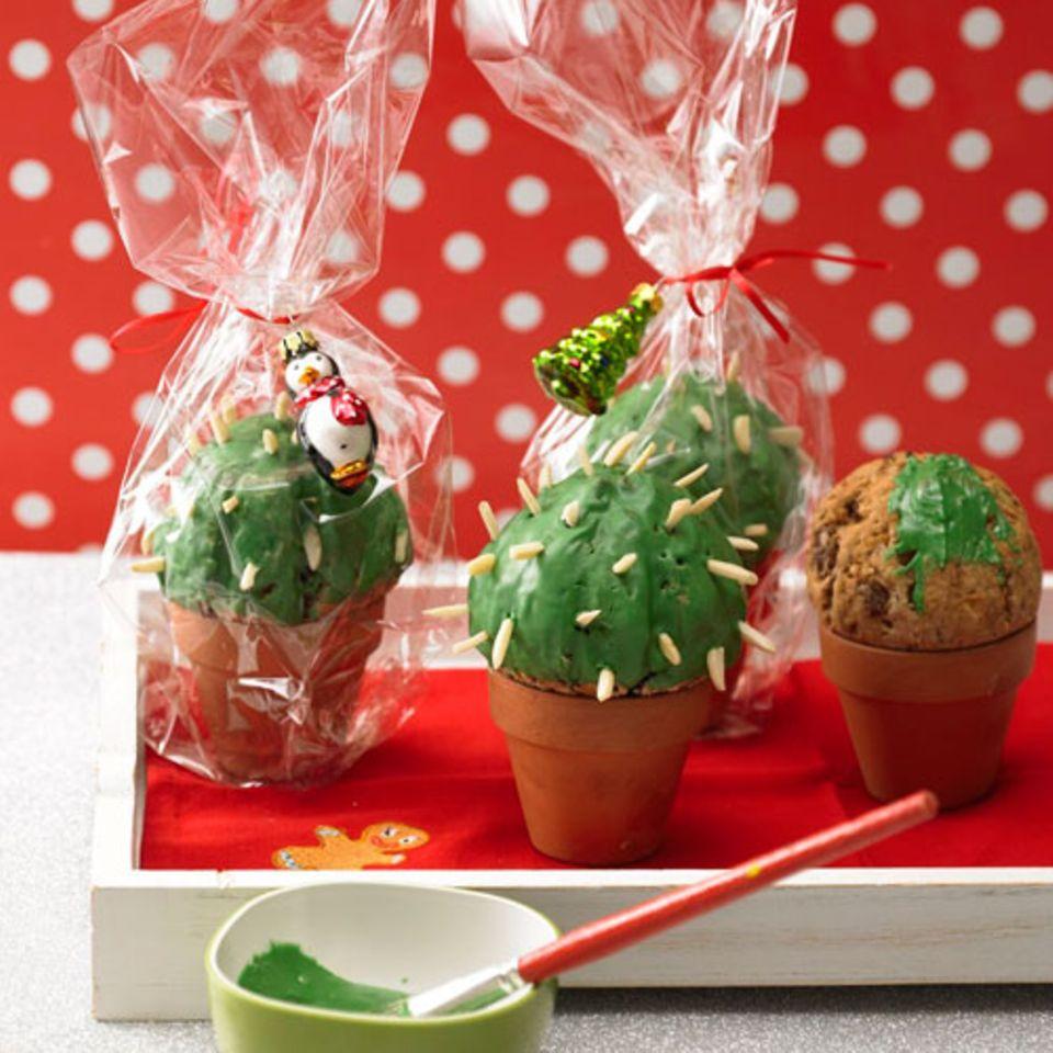 """Früchtebrot mal anders: Im kleinen Blumentopf gebacken, wird es mit grüner Speisefarbe und Mandel-""""Stacheln"""" dekoriert zum Mini-Kaktus. Das perfekte Geschenk für die kleine Schwester, die grade in der Trotzphase ist und die Stacheln aufstellt, wenn man ihr zu nahe tritt. Zum Rezept: Früchtebrot """"Kaktus"""""""
