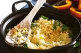 Der Reistopf mit Kürbis ist wärmend, duftend und so lecker. Fertig in 40 Minuten - wenn's schneller gehen soll: vorgegarten Reis verwenden! Zum Rezept: Feiner Reistopf mit Kürbis