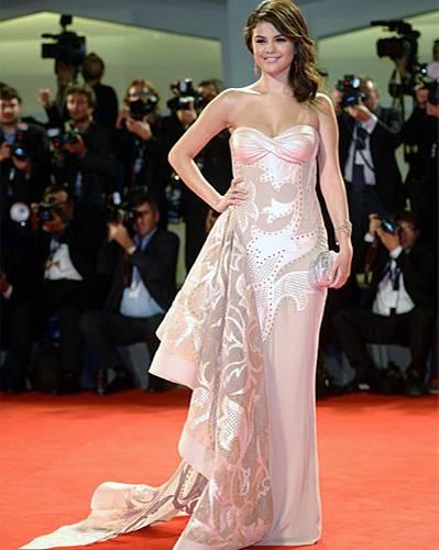 Filmfestspiele Venedig: Selena Gomez rosa Kleid