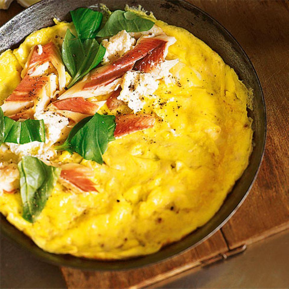 Hier kommen die Express-Päckchen aus der Pfanne: unsere Omeletts mit Parmesan und Spinat, mit geräucherter Forelle und Basilikum oder mit Brie und Walnüssen. Zum Rezept: Omeletts mit drei feinen Füllungen