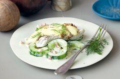 Macht stark und schlank: Dijonfisch auf Schinkengurken. Viel Eiweiß, kaum Kohlenhydrate - am besten etwa drei Stunden nach dem Training essen. Zum Rezept: Dijonfisch auf Schinkengurken