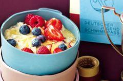 Power-Frühstück: Für einen energiereichen Start in den Sporttag - der Hafer-Porridge mit Ahornsirup und Früchten ist kohlenhydratreich und leicht verdaulich. Zum Rezept: Hafer-Porridge mit Ahornsirup und Früchten