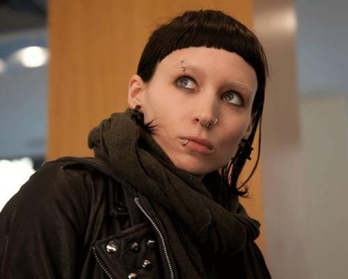 Trends: Rooney Mara übernimmt in der Neuverfilmung von David Fincher den Part der Lisbeth Salander. Wie sie wohl auf die H&M-Kollektion reagieren würde? Vermutlich mit einem heiseren Lachen. Aber die hautengen Hosen und knappen Lederjacken könnten ihr gefallen.    Mehr bei BRIGITTE.de Fanpost: Abschied von Stieg Larsson Die H&M-Kollektion von Versace Diese Stars tragen günstige Mode