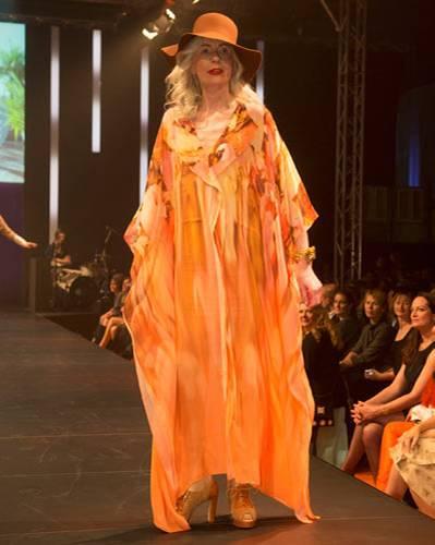 BRIGITTE Fashion Event: Das weite Maxikleid ist von Escada, Unterkleid von Triumph, Hut von American Apparel, Schmuck von Private Suite und die Schuhe gibt es bei Pons Quintana.