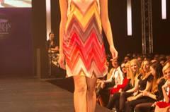 Das Kleid mit Zick-Zack-Muster ist von Buffalo über Otto, der Hut von American Apparel und die Schuhe sind von JustFab.