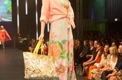 Die rosa Bluse ist von Oska, das Bikini-Oberteil von Riani, Hose von Georg et Arend, Tasche von Laurèl und die Schuhe sind von Guess.