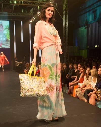 BRIGITTE Fashion Event: Die rosa Bluse ist von Oska, das Bikini-Oberteil von Riani, Hose von Georg et Arend, Tasche von Laurèl und die Schuhe sind von Guess.