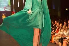 Das grüne Kleid ist von Holy Ghost, der Schmuck von Private Suite, die Schuhe sind von Live Light und die Brille Trussardi.