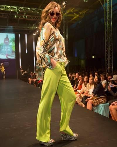 BRIGITTE Fashion Event: Die gemusterte Seidenbluse ist von Apart, die Hose von Escada Sport, Schmuck von Private Suite, Brille von Apollo und die Schuhe gibt es bei Tamaris.