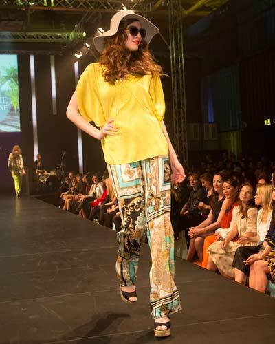 BRIGITTE Fashion Event: Gelbe Bluse von Laurèl, Hose von Apart, Hut von American Apparel und Schuhe von JustFab.