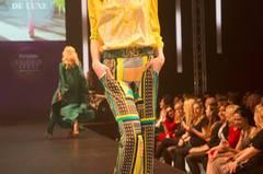 Die gelbe Bluse ist von Laurèl, die Hose von Luisa Cerano und die Schuhe haben wir bei TK Maxx gesehen.