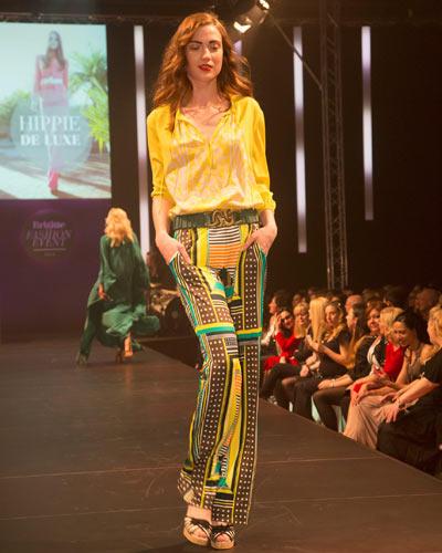 BRIGITTE Fashion Event: Die gelbe Bluse ist von Laurèl, die Hose von Luisa Cerano und die Schuhe haben wir bei TK Maxx gesehen.