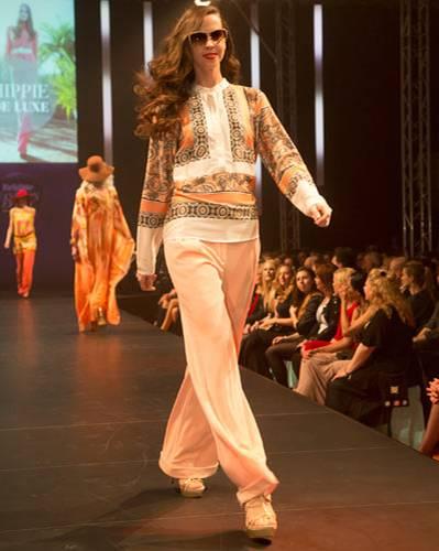BRIGITTE Fashion Event: Die gemusterte Bluse ist von Vila, die Hose von Escada, die Brille von Trussardi und die Schuhe sind von Pura López.