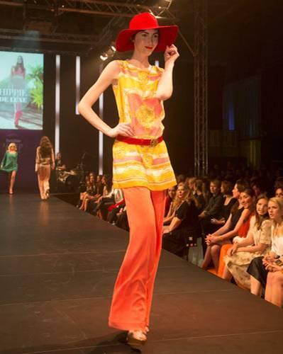 BRIGITTE Fashion Event: Das Oberteil ist von Ana Alcazar, die Bundfaltenhose von Escada, der Gürtel dazu von Aigner, Hut von American Apparel und die Schuhe sind von Pura López.
