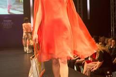 Orange-rotes Kleid von Sibilla Pavenstedt, Tücher von Roeckl und Fraas, Tasche von Codello und Schuhe von JustFab.