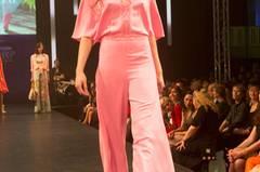 Pinker Overall von Basler, Tücher von Capitana, Brille von Vogue und Schuhe von Pura López.