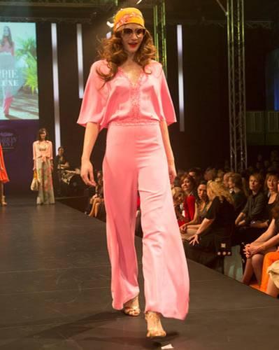 BRIGITTE Fashion Event: Pinker Overall von Basler, Tücher von Capitana, Brille von Vogue und Schuhe von Pura López.