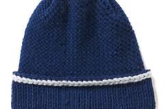 Glatt links gestrickt, mit einer Häkelnadel fix gesäumt - fertig ist die coole Mütze. Zur Strickanleitung: Mütze mit breitem Bündchen stricken