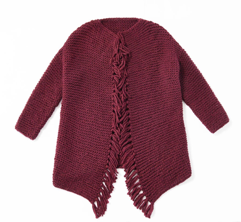 Gemütlich groß und kraus rechts gestrickt: unsere lange Jacke mit Fransen in Weinrot - schöner kann man sich nicht einkuscheln. Zur Anleitung: Jacke mit Fransen stricken