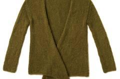 Einfach glatt rechts gearbeitet und lässig gebunden wird die Jacke. Zur Strickanleitung: Strickjacke ohne Knöpfe stricken