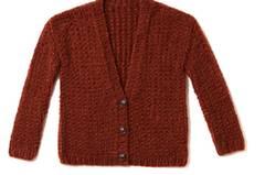Mit dicken Nadeln und vierfachem Faden gefertigt, macht diese Jacke schnell Strick- Fortschritte. Zur Strickanleitung: Strickjacke mit tiefem Ausschnitt stricken