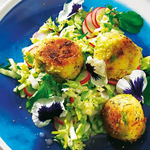 Die gebratenen Veggie-Bällchen sind lecker bodenständig - mit dicken Bohnenkernen, Haselnüssen, Porree, Thymian und Rosmarin. Knackig dazu: Spitzkohlsalat mit Radieschen. Zum Rezept: Kartoffelbällchen mit Spitzkohlsalat